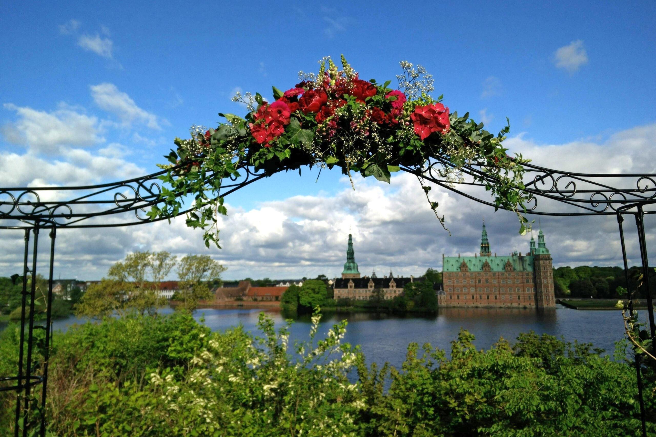 Bliv viet på plænen ved Slotssø Palæet med Frederiksborg Slot i baggrunden